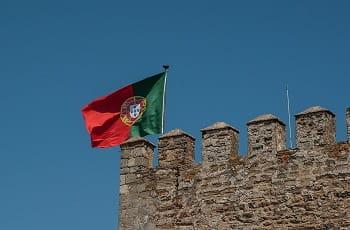la bandiera portoghese sventola in cima ad una torre