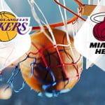 Il logo dei Los Angeles Lakers, il logo dei Miami Heat, un pallone da basket in un canestro