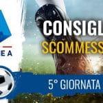 Il logo della Serie A, Il piede di un calciatore al tiro e la scritta Consigli scommesse 5° giornata
