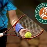 Il logo del Roland Garros 2020 e un tennista generico in azione