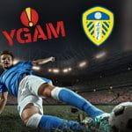 I loghi di YGAM e Leeds United e un calciatore in tackle