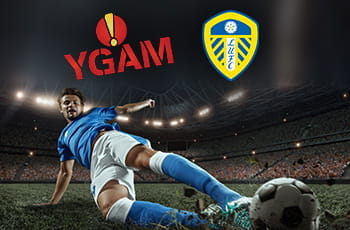 I loghi di YGAM e Leeds United e un calciatore in tackle