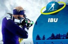 Un atleta di biathlon in azione e il logo dell'IBU (International Biathlon Union)