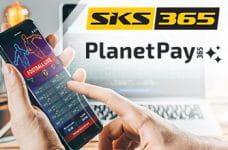 I loghi di SKS365 e PlanetPay365 e uno smartphone collegato a un bookmaker online