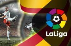 Il logo della Liga, un calciatore in azione e la bandiera spagnola