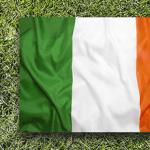 Un pallone da calcio e la bandiera dell'Irlanda