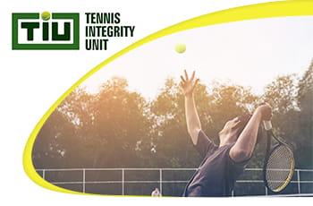 Il logo della Tennis Integrity Unit e un tennista in azione