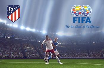 I loghi dell'Atletico Madrid e della Fifa e due calciatori in azione