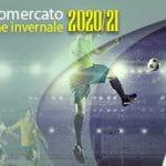 """La scritta """"Calciomercato sezione invernale 2020/21"""" e dei calciatori in azione"""