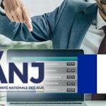 Il logo di ANJ, la bandiera francese e un manager che indica un laptop