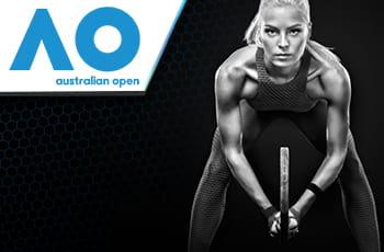 Il logo dell'Australian Open 2021 e una tennista generica in azione