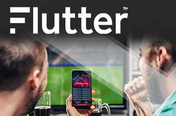 Il logo di Flutter e due ragazzi che guardano una partita di calcio in tv con uno smartphone collegato a un sito scommesse online