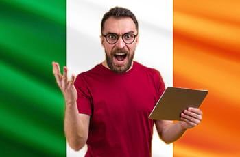 Un ragazzo con un tablet e la bandiera dell'Irlanda