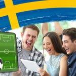 La bandiera della Svezia, un pallone e un campo da calcio, dei ragazzi che gioiscono