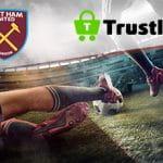 I loghi del West Ham e di Trustly e due calciatori a contrasto