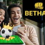 Il logo di Bethard e due ragazzi davanti a uno smartphone
