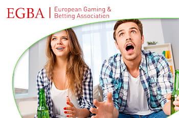 Il logo dell'EGBA e una coppia che esulta dopo aver vinto una scommessa