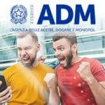 Il logo dell'Agenzia Accise, Dogane e Monopoli e due ragazzi che esultano