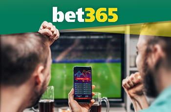 Il logo di bet365 e due ragazzi davanti alla tv con uno smartphone