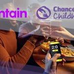 I loghi di Entaing e Chance For Childhood e dei ragazzi che scommettono via smartphone