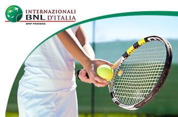 Il logo degli Internazionali di Roma 2021 e un tennista generico.