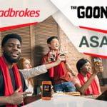 I loghi di Ladbrokes, ASA e di The Goonies e dei ragazzi che fanno festa