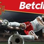 I loghi di Betclic e della nazionale portoghese di calcio e un calciatore in azione