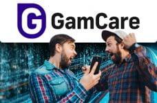 Il logo di GamCare e due ragazzi con uno smartphone