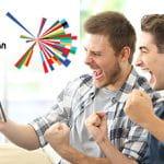 Il logo dell'Eurovision Song Contest e due ragazzi che esultano davanti a uno smartphone