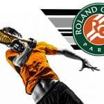 Un tennista generico in azione e il logo del Roland Garros