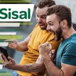 Il logo di Sisal e due ragazzi che esultano davanti a uno smartphone