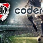I loghi di codere e River Plate e un calciatore in azione