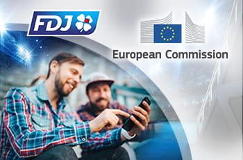 I loghi della FDJ e della Commissione Europea e due ragazzi che scommettono da telefonino