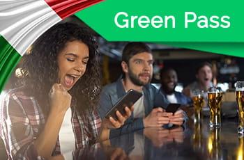 Persone che scommettono più bandiera dell'Italia e logo Green Pass.