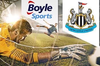 Portiere che para con logo Newcastle United e logo BoyleSports.