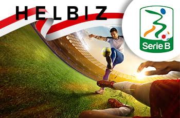 Giocatori di calcio con bandiera dell'Indonesia, logo Helbiz e logo Serie B.