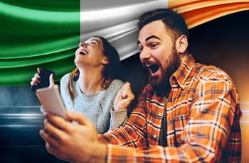Ragazzi che scommettono con bandiera dell'Irlanda.