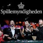 Persone al tavolo da gioco e logo Spillemyndigheden.