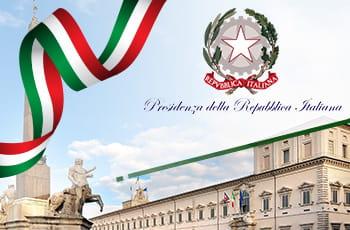 Facciata del Quirinale con bandiera italiana e logo Presidenza della Repubblica.