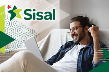 Ragazzo che scommette online e il logo di Sisal.