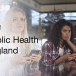 Persone preoccupate che scommettono online, logo Public Health England (PHE).