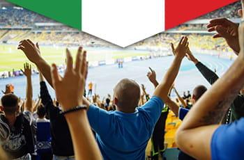 Tifosi sugli spalti di uno stadio di calcio, bandiera italiana.