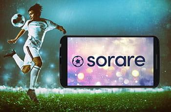 Calciatore in azione, smartphone con logo Sorare.